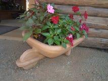 Terraglie con i fiori per la decorazione fotografia stock