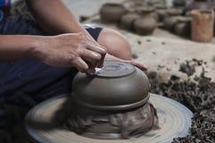Terraglie decorate con la mano sulla ruota Immagini Stock