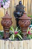 Terraglie decorate nel giardino con la bromeliacea Immagini Stock Libere da Diritti