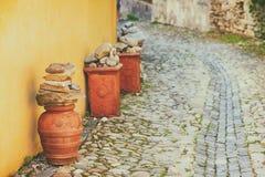 Terraglie decorative su una via del ciottolo Fotografia Stock