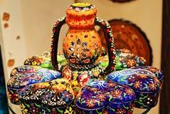 Terraglie dipinte variopinte turche su esposizione Immagini Stock