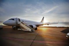 Terrain d'aviation de soirée photographie stock libre de droits
