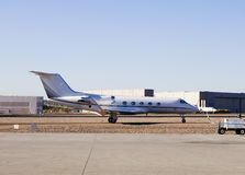 Terrain d'aviation privé avec des aéronefs Images stock