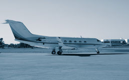 Terrain d'aviation privé avec des aéronefs Photographie stock libre de droits