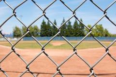 Terrain de base-ball par la barrière photos libres de droits