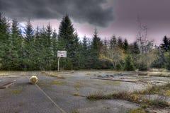 Terrain de basket abandonné image libre de droits