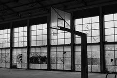 Terrain de basket abandonné Images libres de droits