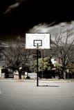 Terrain de basket abandonné images stock