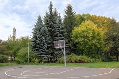 Terrain de basket avec un anneau, situé dans le parc d'automne photo stock