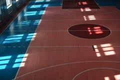 Terrain de basket d'intérieur Photos libres de droits