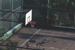 Terrain de basket dans la ville Cour de jeu extérieure Photographie stock