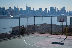 Terrain de basket et Manhattan Photographie stock