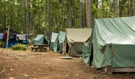 Terrain de camping de scout de garçon Photographie stock libre de droits