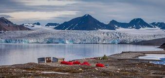 Terrain de camping devant un glacier Photographie stock
