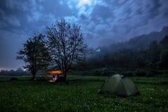 Terrain de camping la nuit Images libres de droits