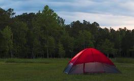 Terrain de camping se baladant au crépuscule photos stock