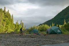 Terrain de camping de tente de berge en Alaska sauvage et à distance Photo libre de droits