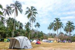Terrain de camping tropical Image stock