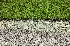 Terrain de football artificiel vert d'herbe Le fond vert image stock