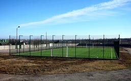 Terrain de football clôturé vide images libres de droits