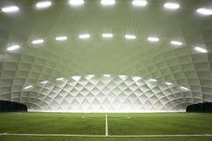 Terrain de football d'intérieur images stock