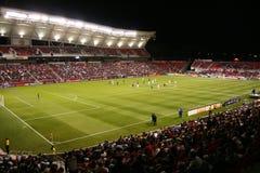 Terrain de football la nuit Images stock
