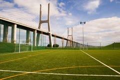 Terrain de football par la passerelle Photo libre de droits