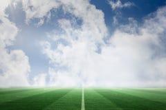 Terrain de football sous le ciel bleu illustration de vecteur