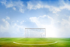 Terrain de football sous le ciel bleu Photo stock