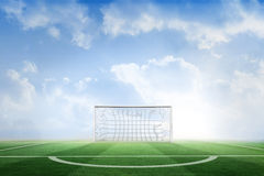 Terrain de football sous le ciel bleu Photos libres de droits