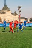 Terrain de football sur la place rouge Joueur de football photos stock