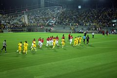 Terrain de football vert, le football israélien, footballeurs sur le champ, partie de football à Tel Aviv Coupe du monde de la FI photographie stock libre de droits