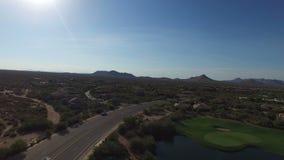 Terrain de golf aérien de Scottsdale Arizona banque de vidéos
