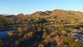 Terrain de golf aérien Pan Right de l'Arizona clips vidéos