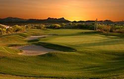 Terrain de golf au coucher du soleil image stock