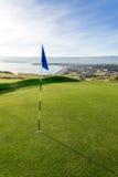 Terrain de golf au-dessus de plage avec la vue de bord de la mer image stock