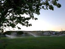 Terrain de golf avec des arroseuses Photos libres de droits