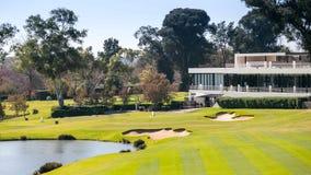 Terrain de golf avec des constructions de logements de club image stock
