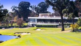 Terrain de golf avec des constructions de logements de club images libres de droits