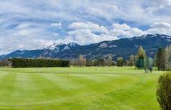 Terrain de golf avec des joueurs images libres de droits