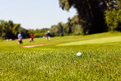 Terrain de golf avec des joueurs Images stock