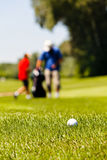 Terrain de golf avec des joueurs Photo libre de droits