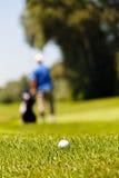 Terrain de golf avec des joueurs Photos libres de droits