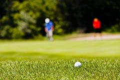 Terrain de golf avec des joueurs Photo stock