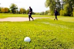Terrain de golf avec des joueurs Image libre de droits