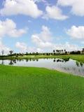 Terrain de golf avec des vues de lac Photo stock