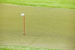 Terrain de golf avec l'herbe artificielle Photographie stock