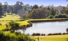 Terrain de golf avec le petit lac en journée images libres de droits