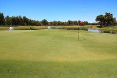 Terrain de golf avec le risque de l'eau. Image libre de droits