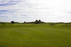 Terrain de golf dans Belek Herbe verte sur la zone Ciel bleu, ensoleillé Photo libre de droits